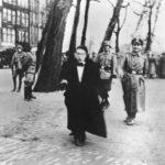 Het Jonas Daniël Meijerplein, 22 februari 1941. De slachtoffers worden getreiterd en vernederd