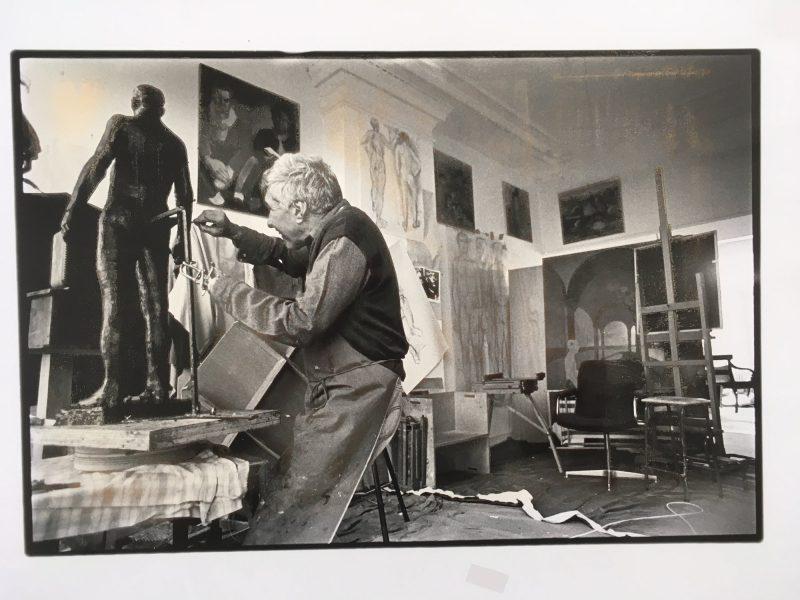 Foto van Frank Tromp de Haas aan het werk in zijn atelier.