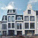 KLM- huisjes, linker is nummer 28. Toen goed zichtbaar omdat de bebouwing aan de oneven zijde weggesloopt was. Foto: E. Annyas.