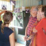 De Artist in Residence legt haar werk aan bezoekers uit.