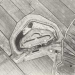7c luchtfoto uit 1920-1930 met daarop nog de Fortwachterswonig en genieloods die beiden gesloopt zijn.