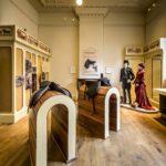 Museumkamer met paspoppen met zadels en kleding van de Vondelcarousel ruiters. Foto: Jan Reinier van der Vliet. (2021)