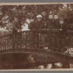 Mensen op de brug in het Vondelpark. Foto anno 1900.