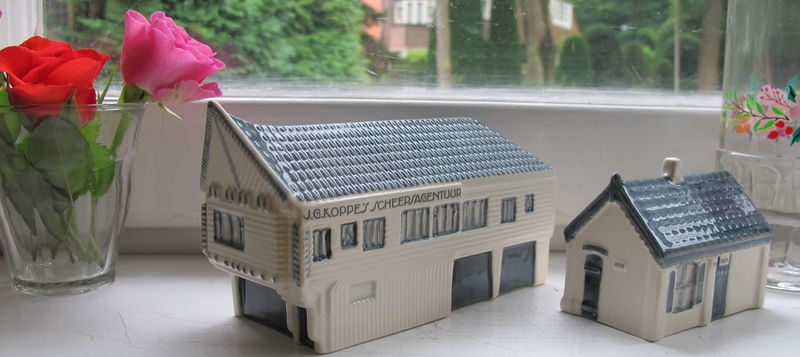 Collector's items: miniatuur NACO-huisje en politiebureautje