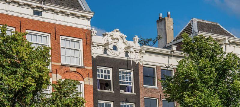 Keizersgracht 323, met de rijk geornamenteerde daklijst, is een pand van Stichting Stadsherstel Amsterdam