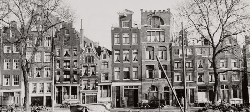 Geldersekade 7-25 rond 1955. Het smalste pandje is nummer 15