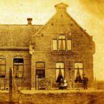 De familie Kieviet voor hun woning, 1897