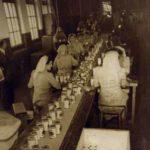 Poeyermeiden' aan het werk in de fabriek, foto Gemeentearchief Weesp