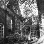 1 Tuin met links de voormalige kerkmeesterskamer en kosterwoning voor de keuken van de woning, 1986