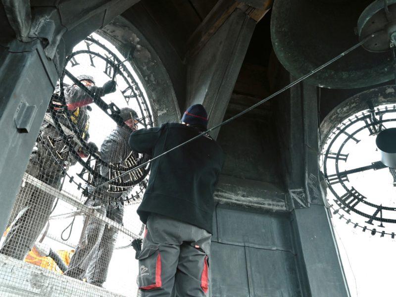 Muiderpoort - terugplaatsen uurwerk van binnenuit -Jan Reinier van der Vliet fotografie (10-03-2021)