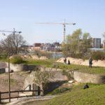 Fort Diemerdam met de munitiebunkers en boven de Diemerdijk.