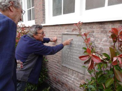 Onthulde gevelsteen bij het Rosenstock-Huessy Huis - Bron: Haarlems Nieuwsblad