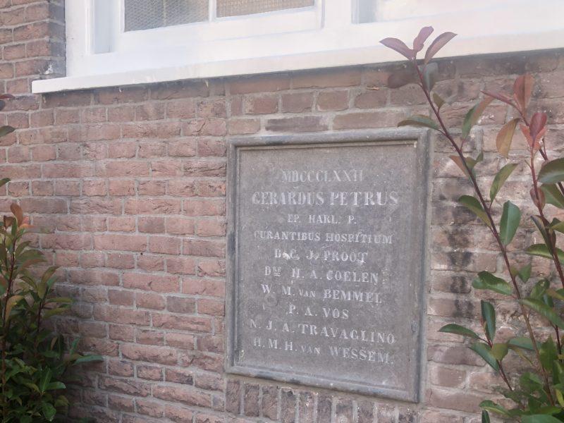 Bij de ingebruikname van de drukkerij in 1872 werd in de gevel aan de binnenplaats deze gevelsteen geplaatst