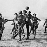 Voetbal in de oorlog.