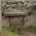Door dit luikje werd de munitie van de bunker naar de bedding gebracht.