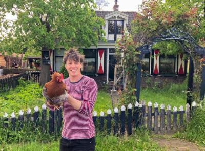 Daan met een van zijn blije kippen. Foto: ecohofamsterdam.nl