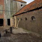 Het hooihuis en de stallen bij aanvang van de restauratie (2019)