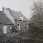 Achterzijde woonhuis met links koeienstal en rechts wagenschuur in 1904. Bron: ELO