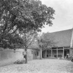De totaal vervallen koepel in 1980. De gemeente kocht de grond met opstallen in 1976, maar was alleen in de grond geïnteresseerd. Na vertrek van de Van Egmonds werd de boerderij gekraakt en raakte meer verwaarloosd. Bron: ELO.