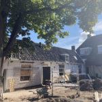 In restauratie met rechts het oude woondeel met veranda (september 2021).